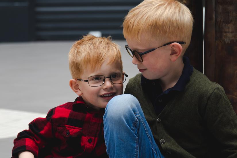 To barn med briller.